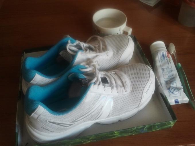 Как ухаживать за обувью: чистим белые кроссовки