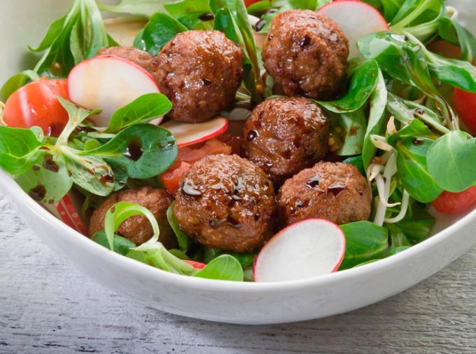 Салат с мясными шариками