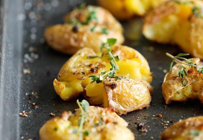 Как запечь молодой картофель с чесноком и тимьяном