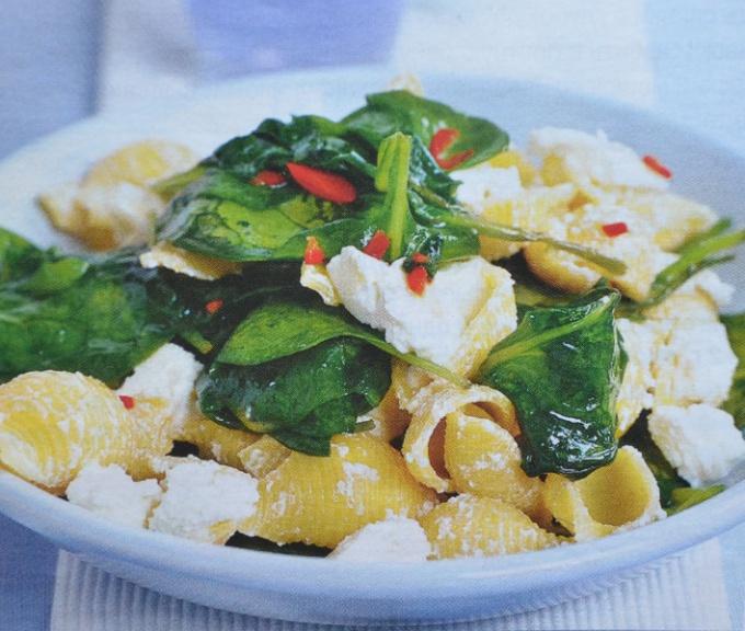 Макароны по-гречески с брынзой и шпинатом