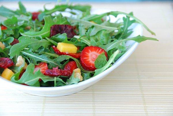 Легкий салат с клубникой