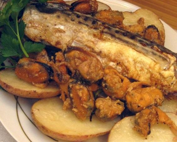 Запеченная скумбрия с мидиями и картофелем