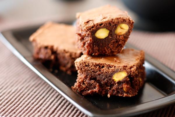 Шоколадный брауни с фисташками