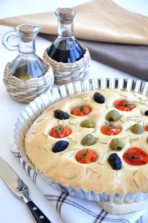 Постный хлеб с помидорами, маслинами и розмарином