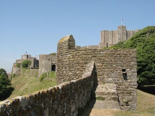 Замок Довер в Англии был построен по приказу короля Генриха Второго в 1100 году
