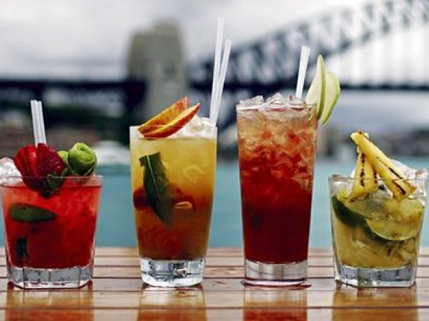 Алкогольные коктейли с водкой украшают праздничный стол и создают настроение