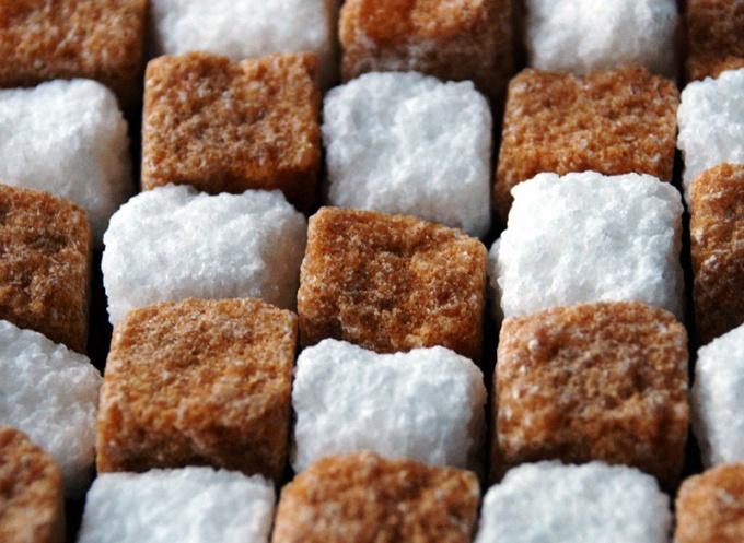 Какой сахар полезнее: коричневый или белый?