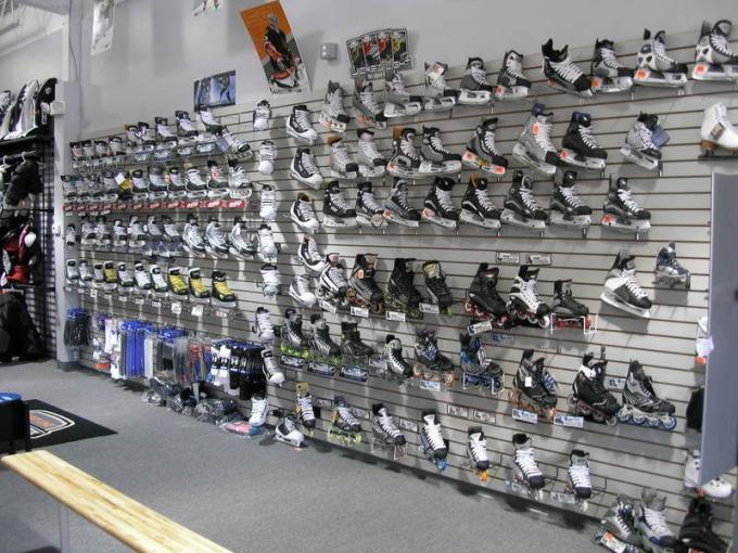 Витрина с коньками в магазине