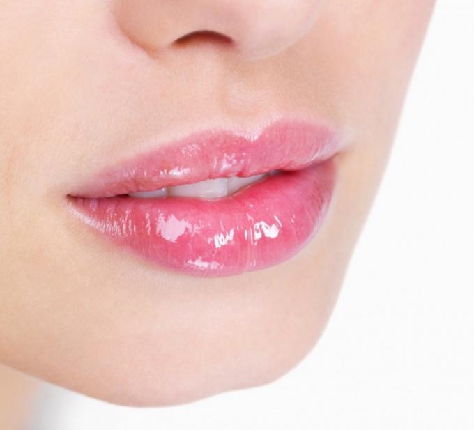 Чем можно смягчить обветренные губы