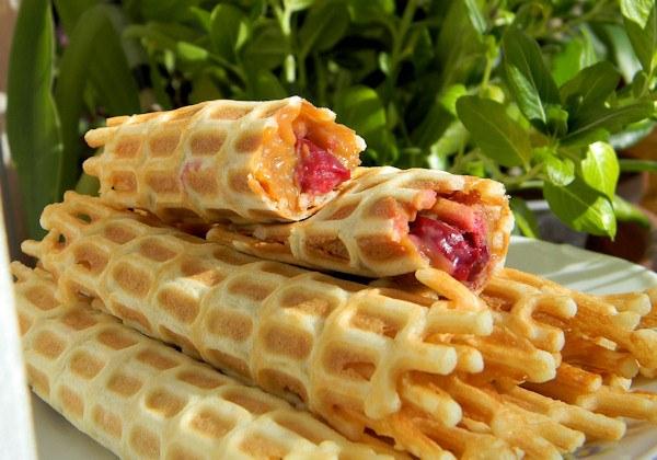 Вкусный, любимый многими десерт вафельные трубочки готовить несложно и быстро