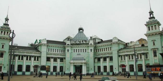 До Белорусского вокзала можно добраться метро или троллейбусом