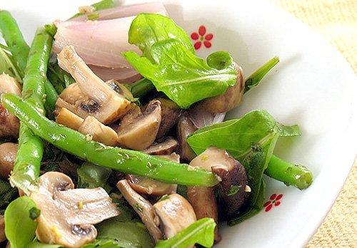 Грибной салат со спаржей и яйцами