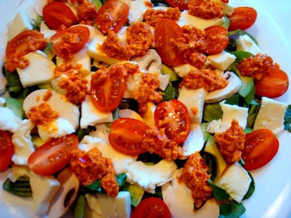 Салат с киноа, авокадо и помидорами черри
