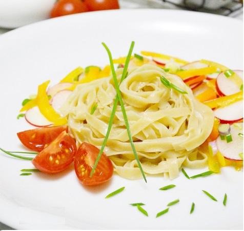 Домашняя паста с соевым соусом и свежими овощами
