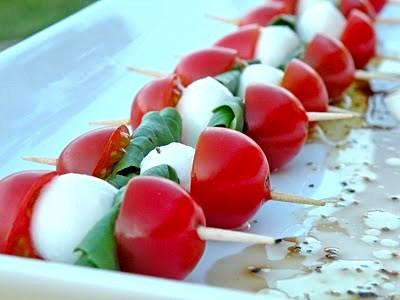 Шпажки с помидорами черри и сыром моцарелла
