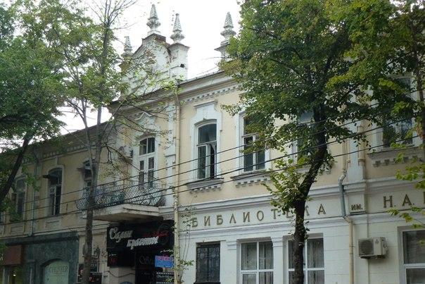 Одно из зданий на ул.Красной. В нем располагается библиотека