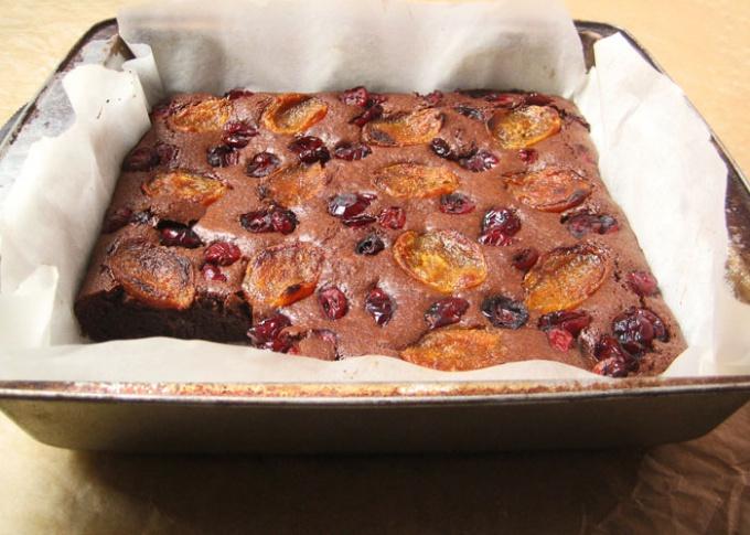 Как приготовить шоколадный пирог с курагой и сушеной клюквой