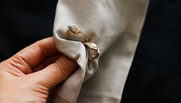Чем почистить золотые с камнями украшения в домашних условиях