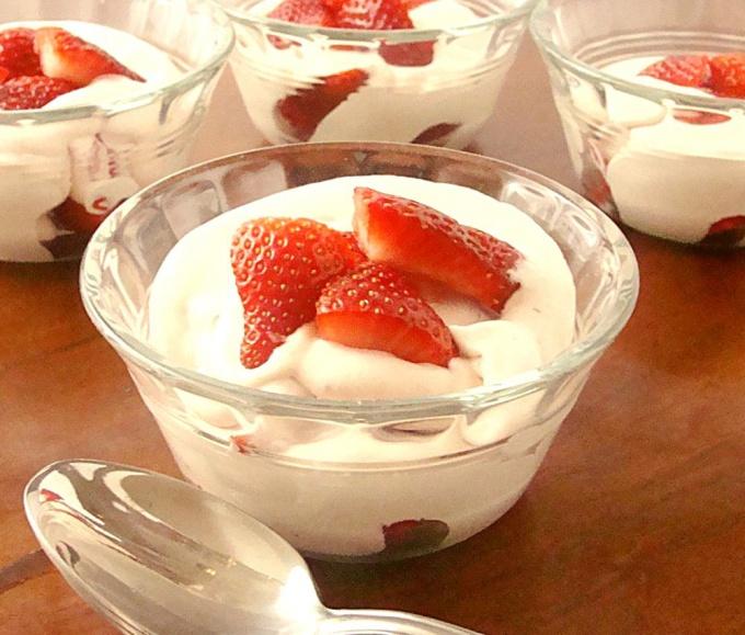 нежный сливочный десерт из клубники