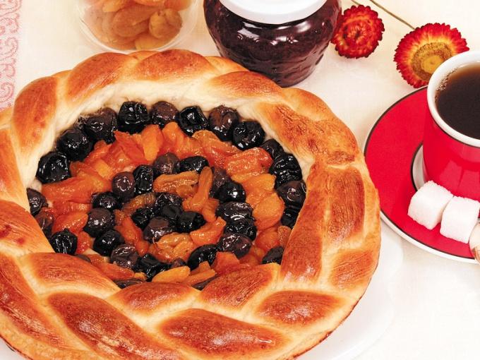 Дрожжевые пироги с сухофруктами