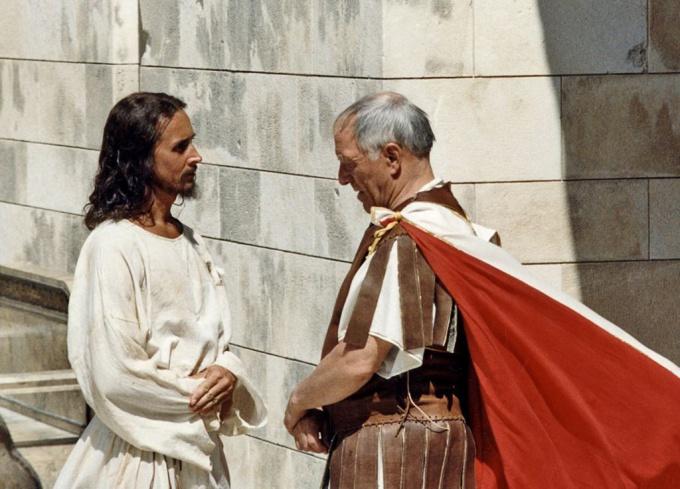 Кадр из фильма: разговор Пилата и Христа