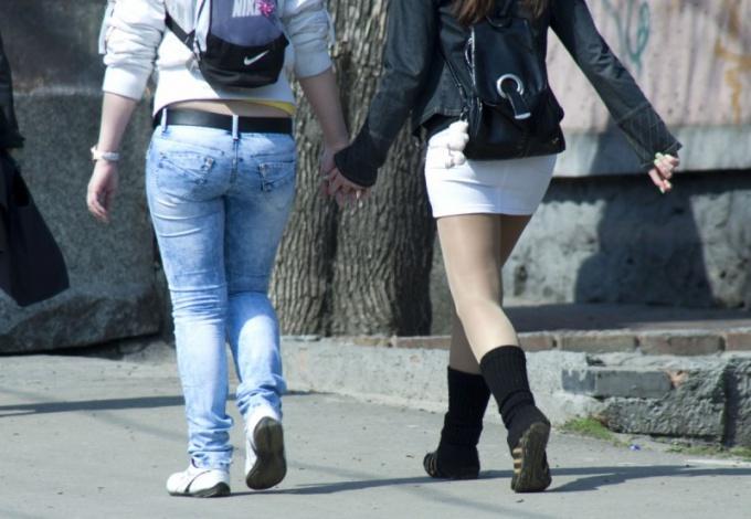 Девушки в брюках на улице