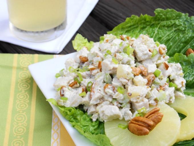 Как сделать салат с сыром, курицей и ананасами