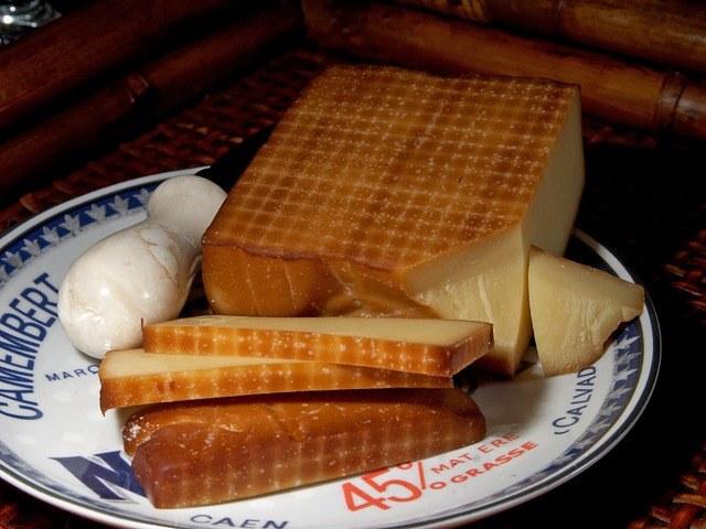 Полезен ли копченый сыр