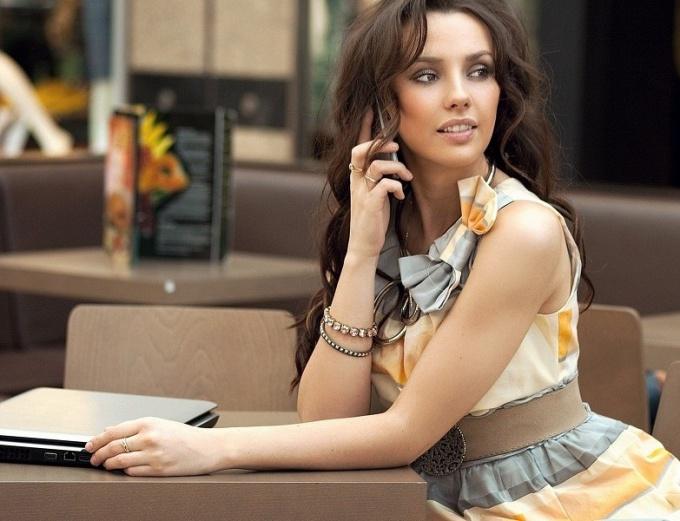 Почему девушки много говорят по телефону