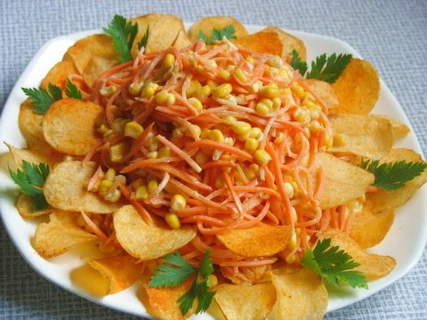 Благодаря необычному оформлению смотрятся салаты с чипсами нарядно и празднично