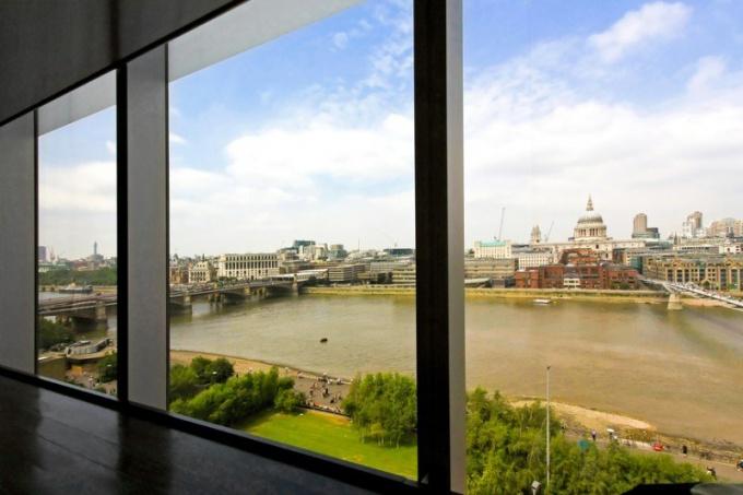 Окна от пола до потолка – визитка престижной квартиры