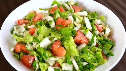 Салат с пекинской капустой, томатами и сыром