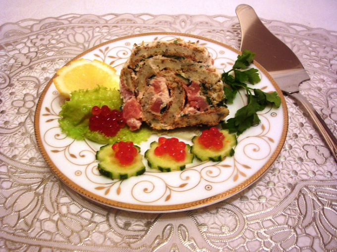 Праздничный кальмаровый рулет с  семговым соусом