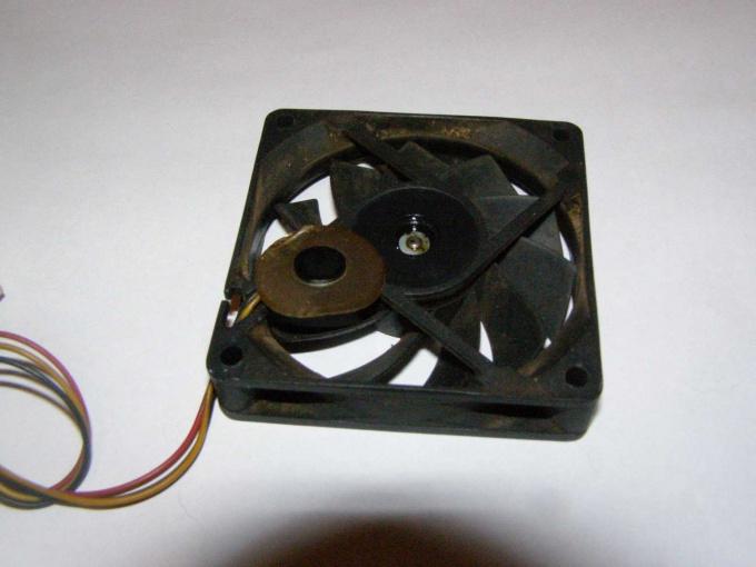 Вентилятор со снятой защитной наклейкой