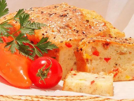 Открытый сырный пирог с беконом и перцем