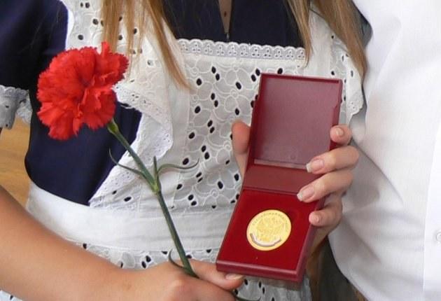 Сколько золота в школьных медалях