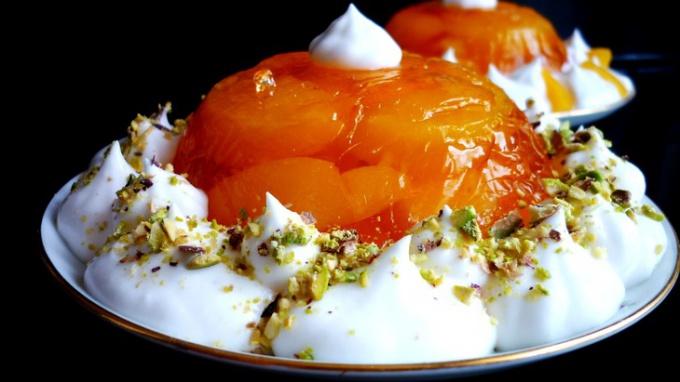 Желейно-фруктовый десерт со взбитыми сливками
