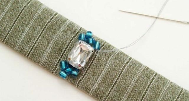 Как сделать браслет из ткани и стразов