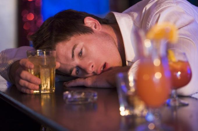 Отрезвление человека до того, как он заснет ночью, облегчит его состояние утром