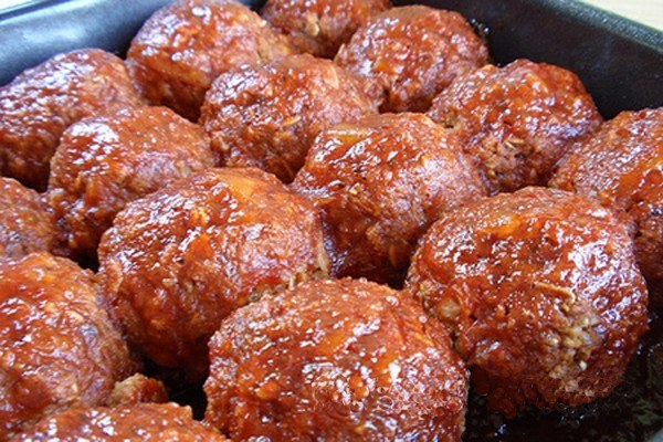 Steamed meatballs with tomato sauce