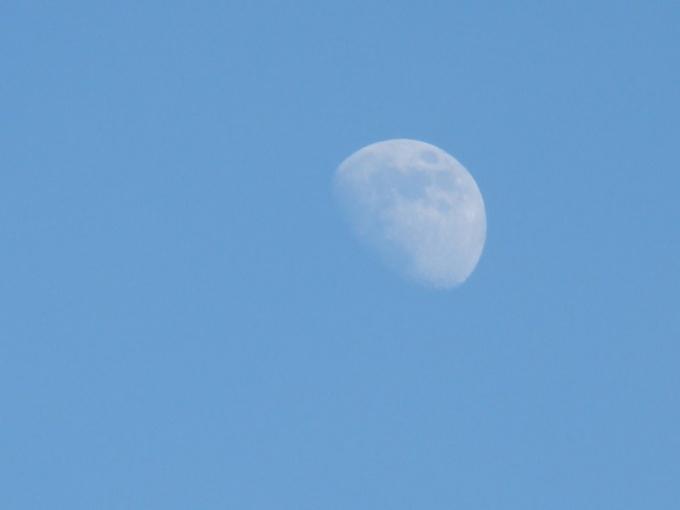 Почему луна не светит днем