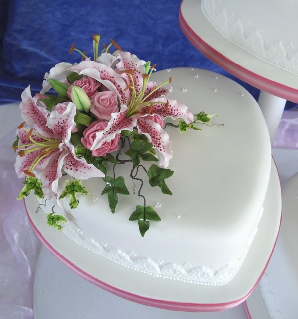 Торт, украшеннный при помощи мастики