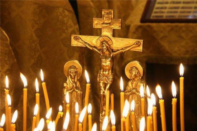 Православные христиане проводят обряд похорон и поминок