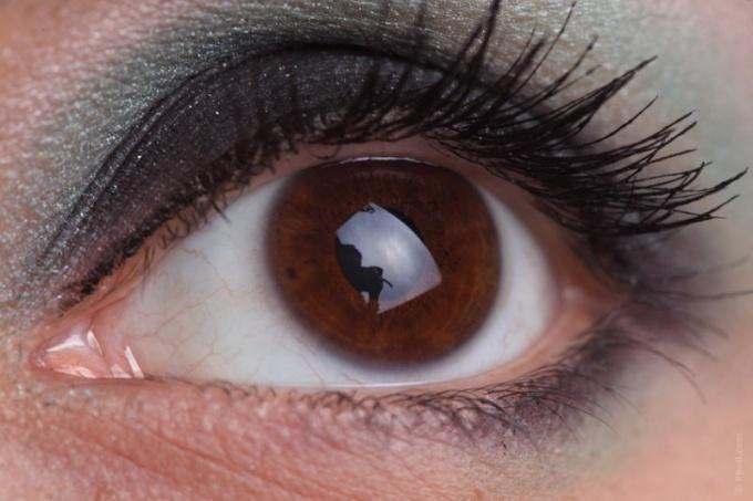 Для выразительности глаз тушь следует наносить в несколько слоев
