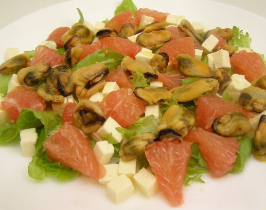 Салат из мидий с грейпфрутом и брынзой
