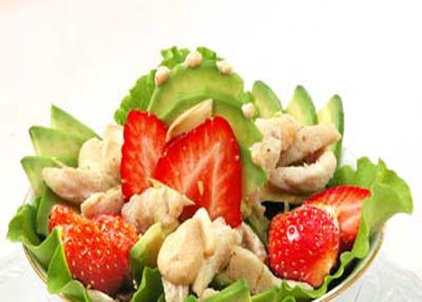 Куриный салат с клубникой и авокадо