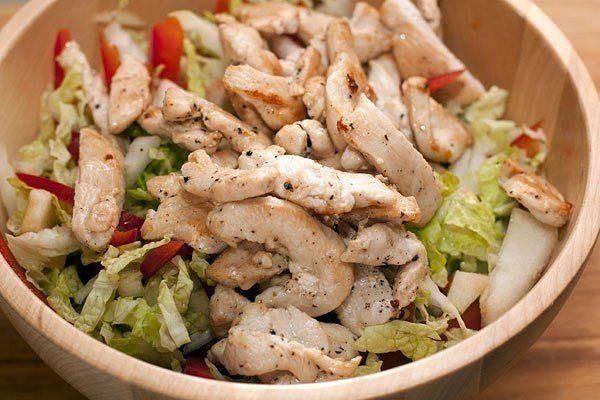 Салат с куриной грудкой и овощами