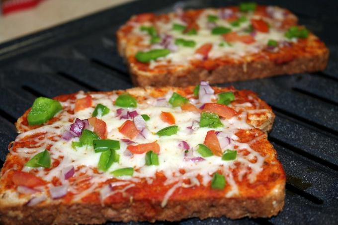 Мини-пиццы из черствого хлеба