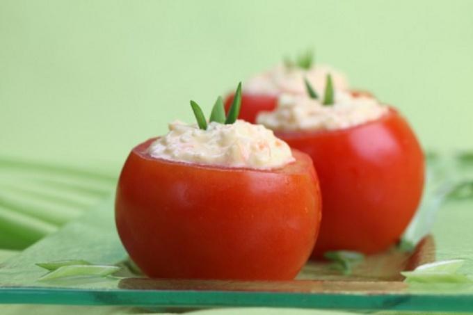 Фаршированный помидоры с маринованной брынзой