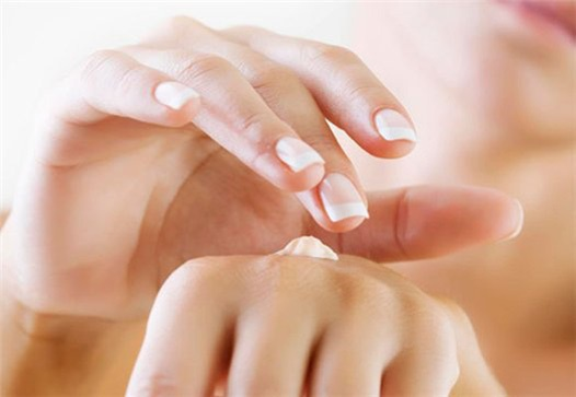 How to prevent cracks on the skin of the hands?